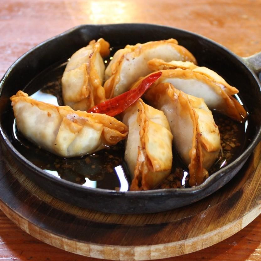 牡蠣ングダムでおなじみ♪牡蠣餃子でアヒージョも出来ます(^_-)